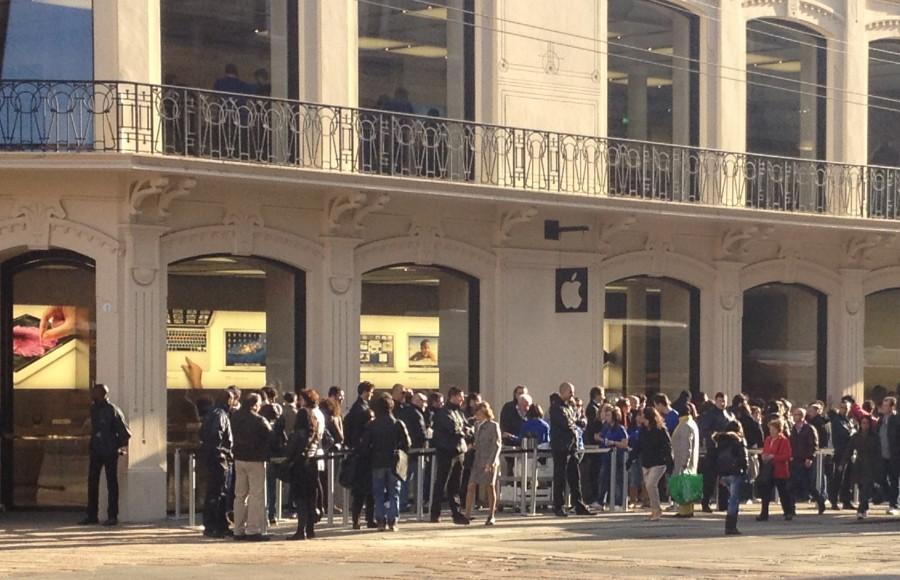 Primi fan dell'iPhone già in coda a New York